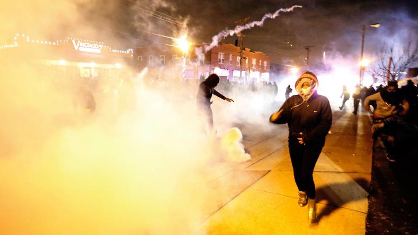 Ferguson: Demonstranten laufen in Ferguson durch eine Wolke von Tränengas