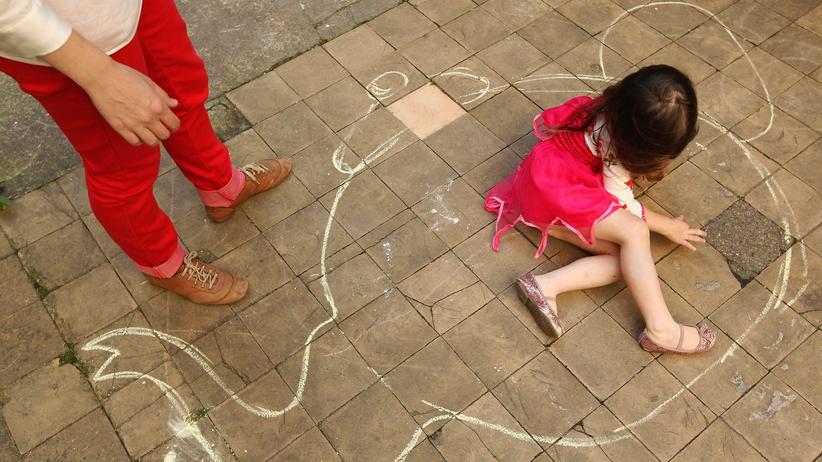 Eine Mutter spielt mit ihrer Tochter in Berlin.