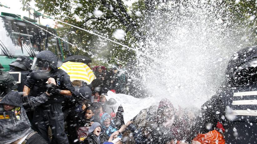 Stuttgart 21: Die Polizei setzt im September 2010 Wasserwerfer gegen Demonstranten in Stuttgart ein.