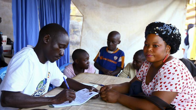 Aids: Frauen in Ugandas Hauptstadt Kampala werden über einen HIV-Test aufgeklärt.