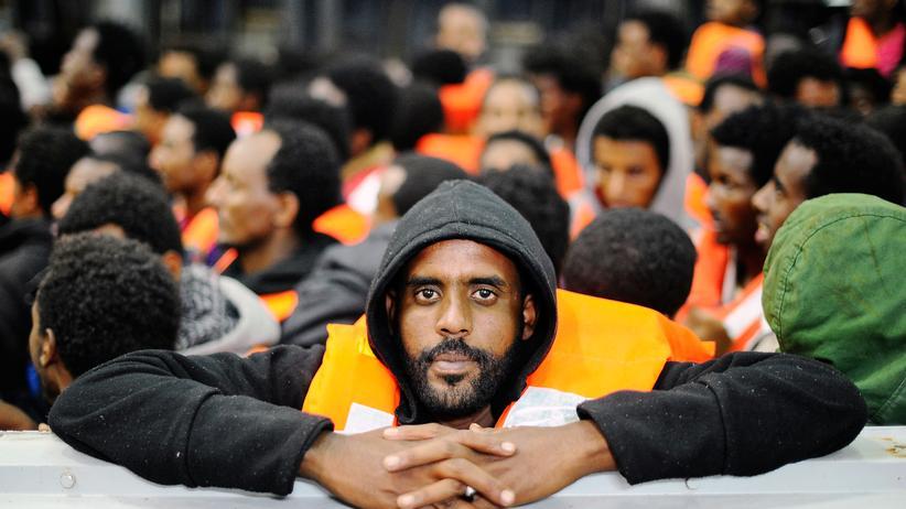 Flüchtlingsschiffe: Mai 2014: Ein afrikanischer Flüchtling auf einem italienischen Rettungsboot