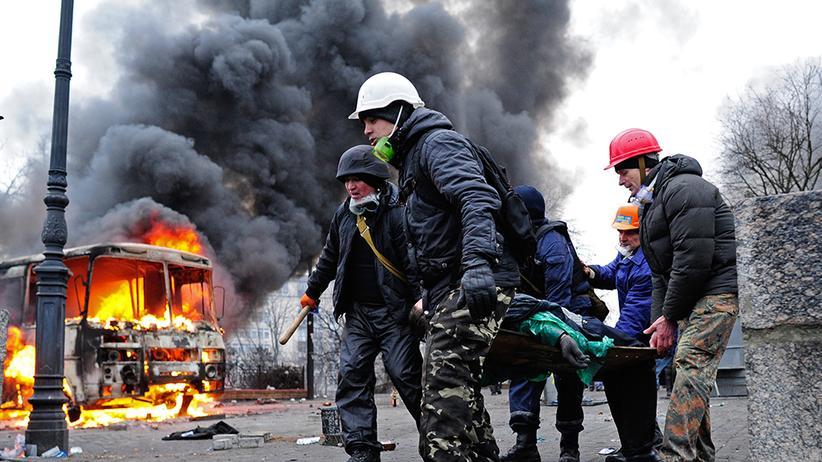 Demonstranten bergen einen Verletzten auf dem Maidan am 20. Februar 2014