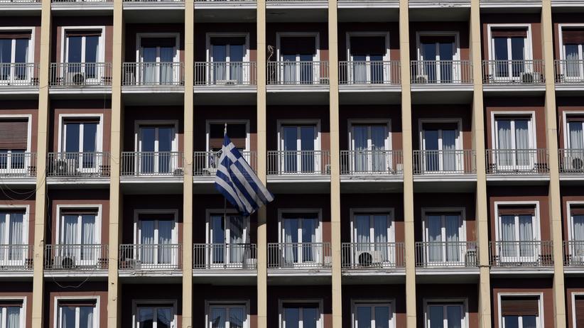 Eine griechische Flagge weht von einem Balkon in Athen