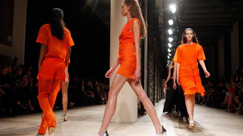 Frankreich: Models auf der Paris Fashion Week im September 2014