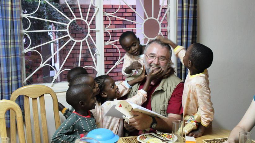 Michael Beyerlein während einer Reise durch Ruanda mit Kindern, die mit dem Deutschen spielen wollen.