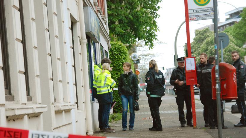 Hamburg: Polizeibeamte stehen in Hamburg-Billstedt am Tatort.