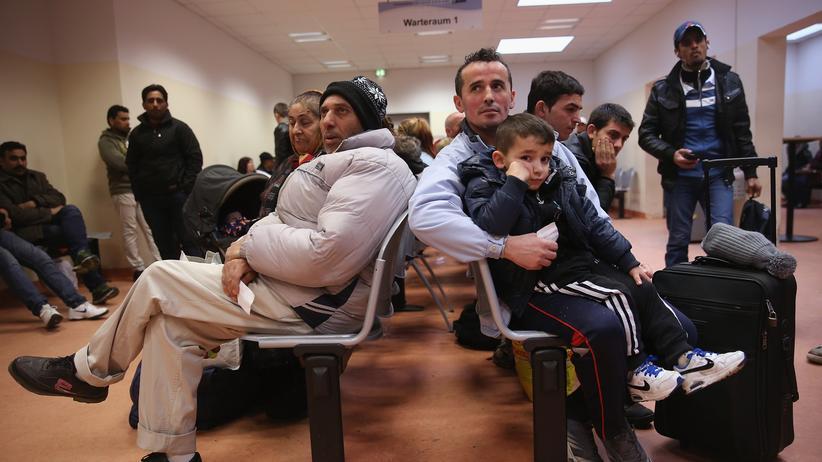 Gesellschaft, Anti-Anzeigenkampagne, Albanien, Bundesrepublik Deutschland, Flüchtling, Asyl, Anzeige, Arbeitslosenquote, Kosovo, Rechtslage, Österreich, Europa, Tirana
