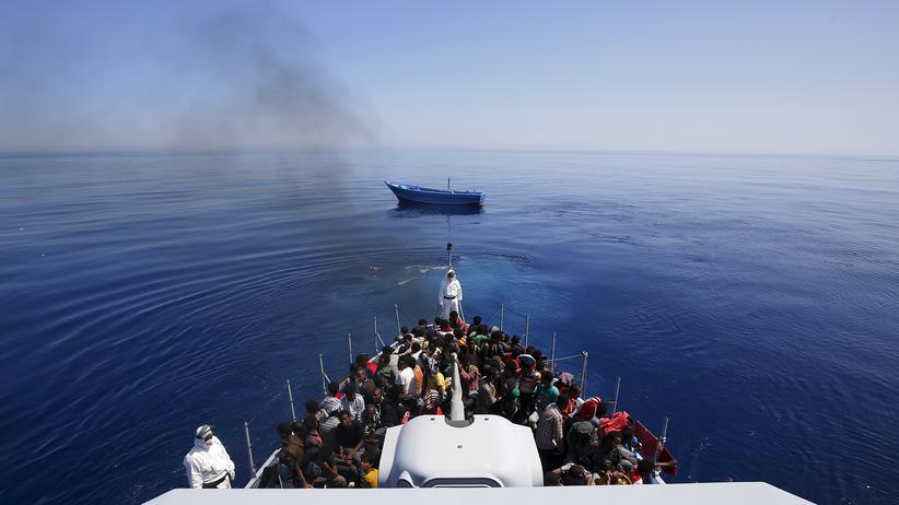 Mittelmeer: Eine Gruppe von Flüchtlingen ist von einem italienischen Schiff aufgenommen worden.