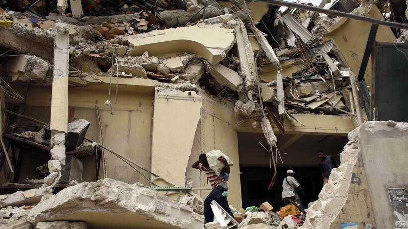 Amerikanisches Rotes Kreuz: Bewohner suchen in Port-au-Prince nach Überlebenden des Erdbebens.
