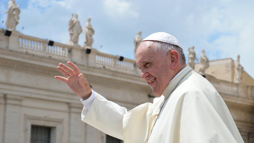 Papst Franziskus grüßt bei der wöchentlichen Generalaudienz Gläubige im Vatikan.