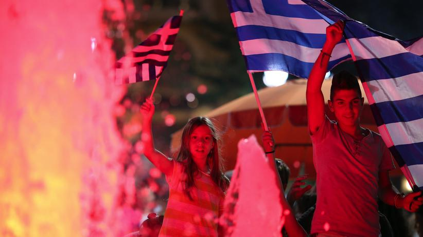 Junge Griechen feiern auf dem Syntagma-Platz den Ausgang der Volksbefragung.
