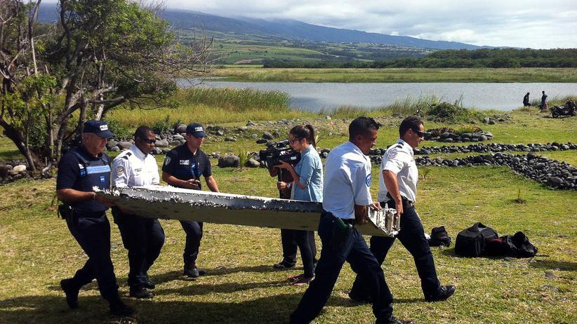 La Réunion: Polizisten mit dem auf der Insel La Réunion angeschwemmten Wrackteil