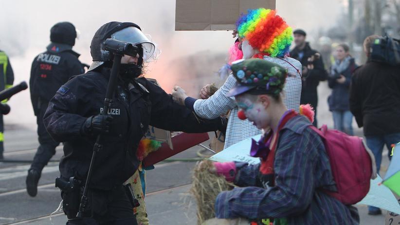 Polizei und Demonstranten bei der EZB-Eröffnung