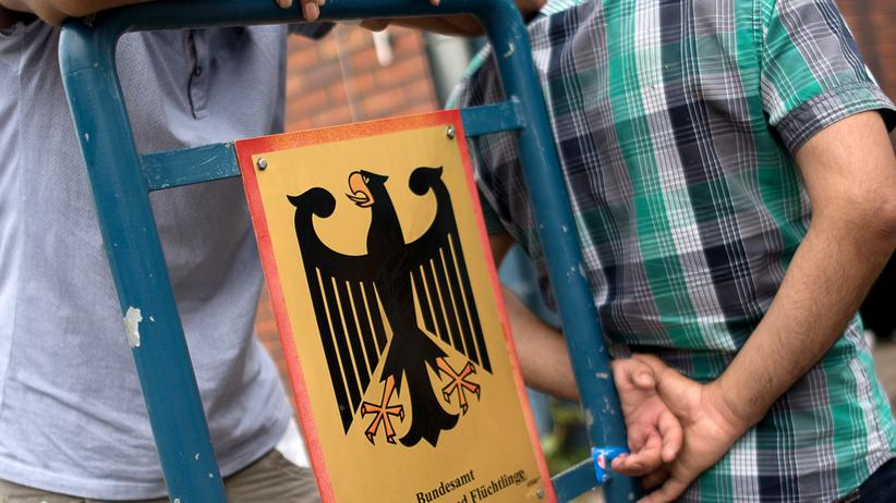 Flüchtlinge stehen vor dem Bundesamt für Migration und Flüchtlinge in Berlin.