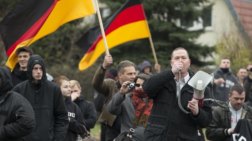 Fremdenhass: Anwohner und Rechtsradikale protestieren vor einer geplanten Asylbewerberunterkunft in Berlin.