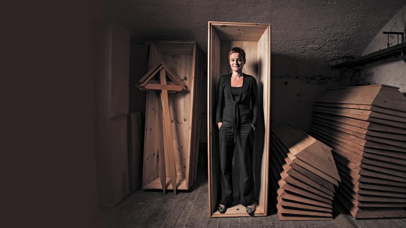 Porträt: Totenfrau Christine Pernlochner-Kügler: Die Bestatterin in einem Holzsarg im Keller ihres Unternehmens.