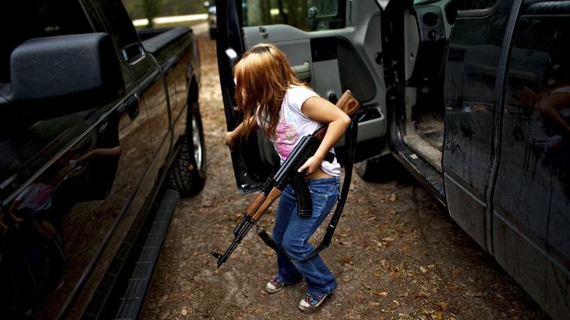 National Rifle Association: Eine junge Amerikanerin mit einer AK-47