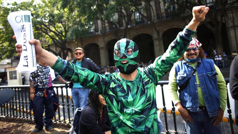 Drogenpolitik: Ein Aktivist feiert die Entscheidung des Obersten Gerichts in Mexiko.