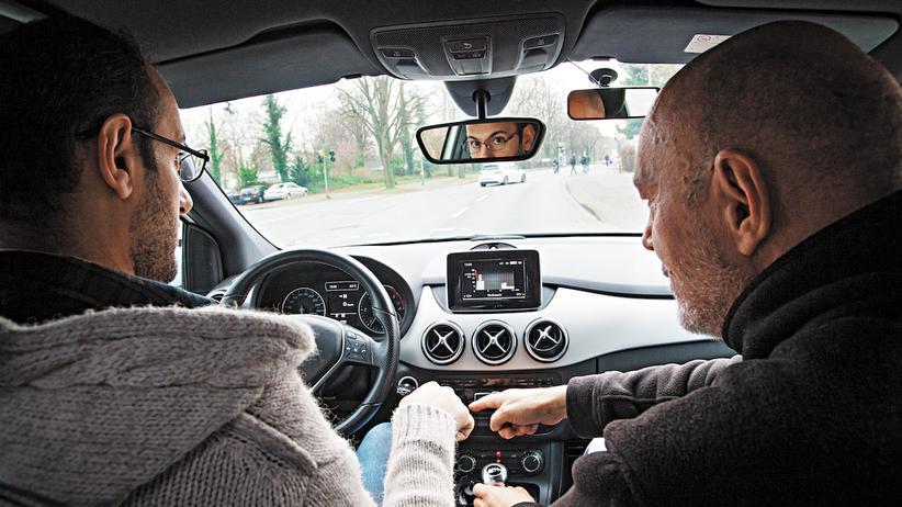Führerschein für Flüchtlinge: Fahrlehrer Dirk Konert (rechts) bringt dem Iraker Mahmood Shaker deutsche Verkehrsregeln bei.