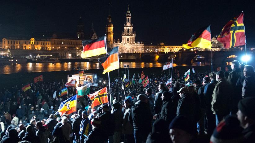 Pegida: Teilnehmer der Pegida-Kundgebung am Königsufer in Dresden