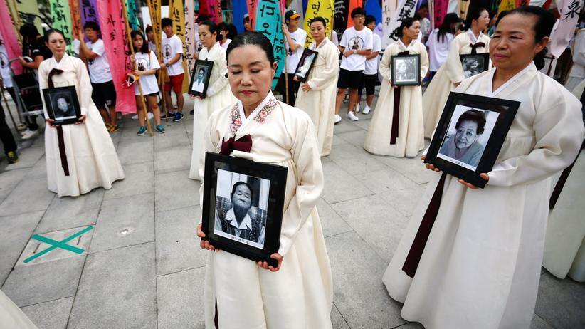 Zwangsprostitution: Demonstrantinnen tragen Porträts koreanischer Frauen, die von den Japanern im Zweiten Weltkrieg zur Prostitution gezwungen worden waren. (Archivbild)