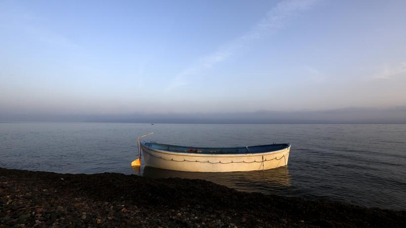 Flüchtlinge: Ein verlassenes Flüchtlingsboot an der griechischen Küste im Oktober 2015