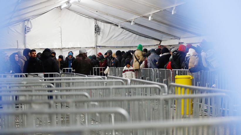 Europäisches Parlament: Asylbewerber stehen am Landesamt für Gesundheit und Soziales (Lageso) in Berlin Schlange.