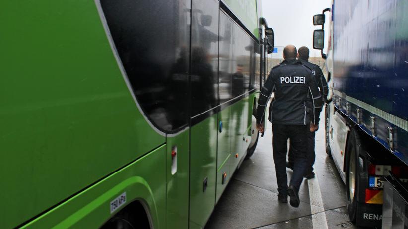 Bundespolizei: Marco Haufe und Martin Ebermann halten bei der Schleierfahndung auch Reisebusse an. Die Kontrolle findet auf einem Rastplatz statt.