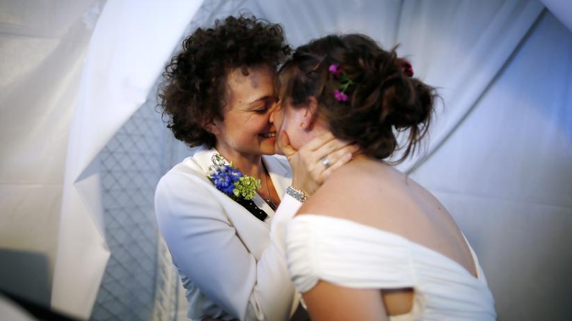 Gleichgeschlechtliche Ehe: Ein lesbisches Hochzeitspaar in West Hollywood