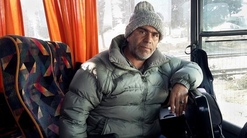 Der Iraner Khalid Hussein, 51, ist an der griechisch-mazedonischen Grenze abgewiesen worden. Er wartet in einem Bus auf seine Rückführung nach Athen.