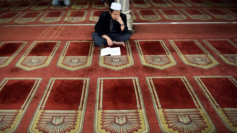 Islam: Ein Ägypter liest in der Al-Azhar-Moschee in Kairo im Koran.