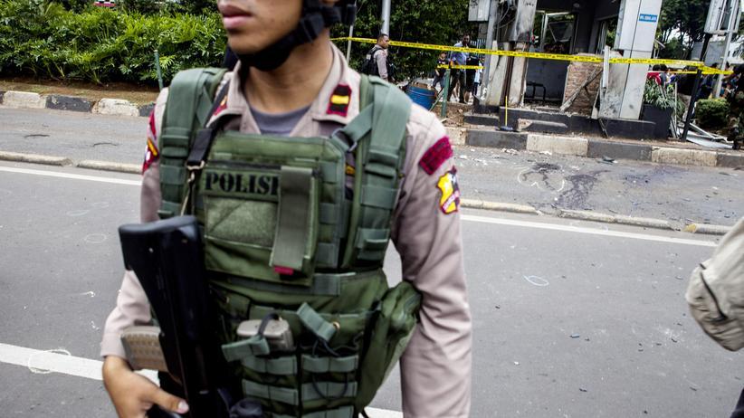 Indonesien: Ein indonesischer Polizist bewacht den Tatort.