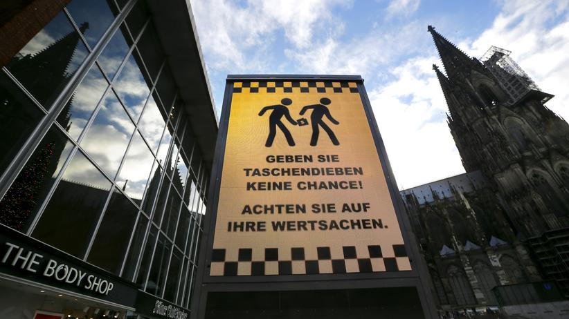 Übergriffe an Silvester: Der Platz vor Dom und Hauptbahnhof in Köln: Ein Schild warnt vor Taschendieben.