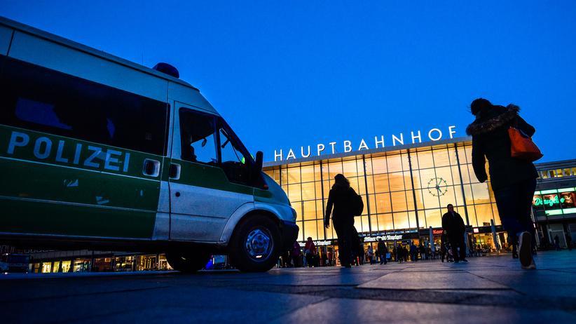 Köln: Nahe des Kölner Hauptbahnhofs waren in der Silvesternacht Hunderte Frauen sexuell belästigt worden.