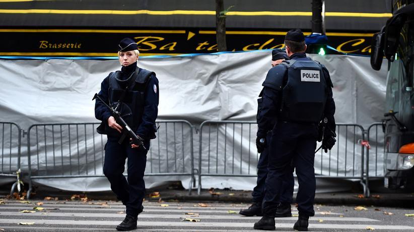 Paris-Anschlag: Französische Polizisten vor dem Eingang des Konzerthauses Bataclan, dort hatten Angreifer im November viele Menschen getötet.