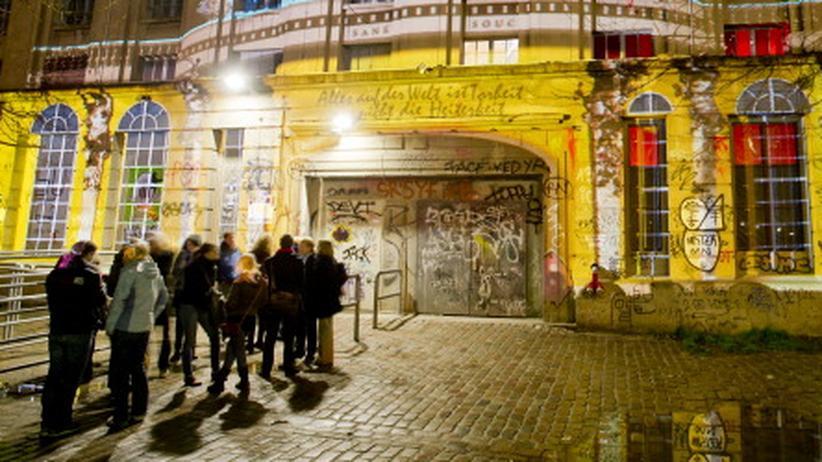 Diskriminierung: Menschen warten vor dem Berghain und hoffen auf Einlass. Der Berliner Club ist bekannt für seine harte Türpolitik.