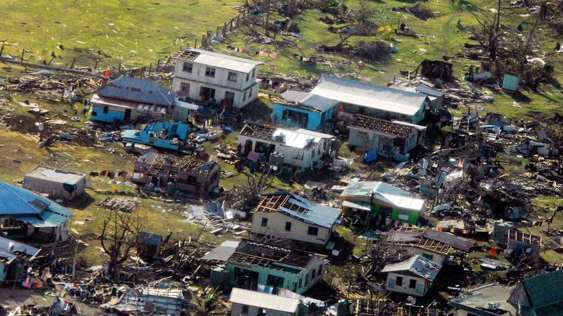 Eine Luftaufnahme der neuseeländischen Armee zeigt ein zerstörtes Dorf auf den Fidschi-Inseln.