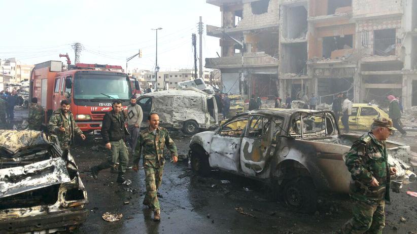 """""""Islamischer Staat"""": Soldaten der syrischen Armee an einem der Anschlagsorte in Homs"""