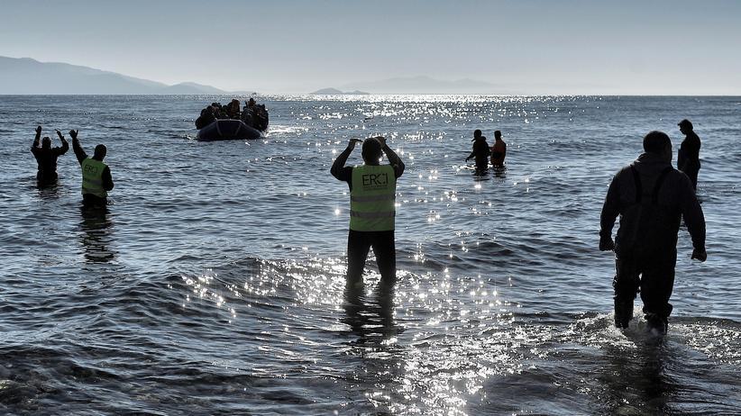 Mittelmeer: Mitglieder der Hilfsorganisation Emergency Response Centre International (ERCI) erwarten die Ankunft eines Boots an der griechischen Küste.