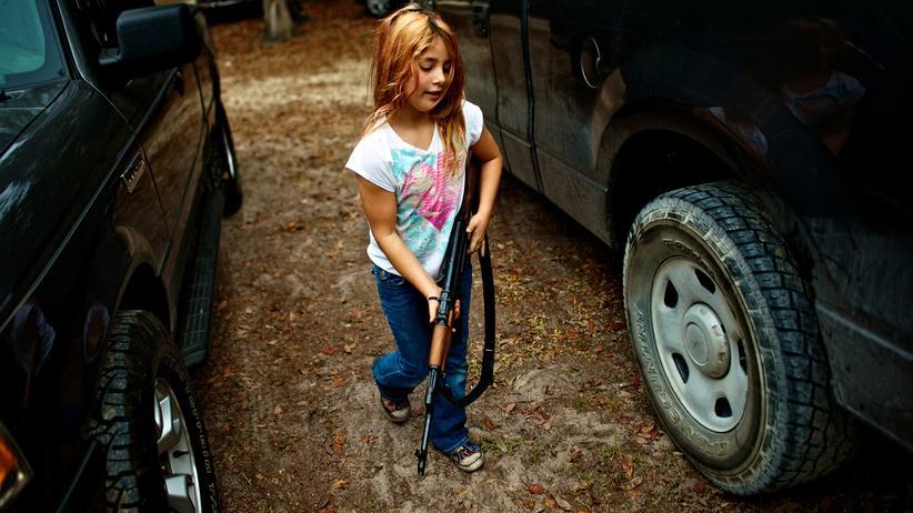 US-Waffenindustrie: Ein 9-jähriges Mädchen in Florida mit einer AK-47