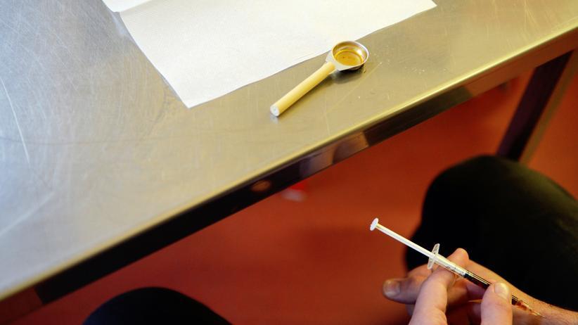 Drogensucht: Ein Heroinsüchtiger in einem Konsumraum in Berlin