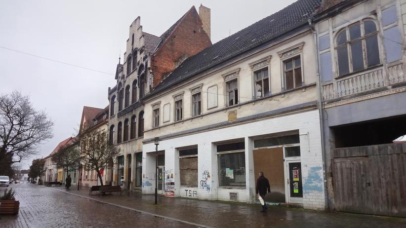 Hier in der Innenstadt von Gardelegen schließen seit Jahren immer mehr Geschäfte. Oft finden sie keinen neuen Besitzer, die Gebäude stehen leer.