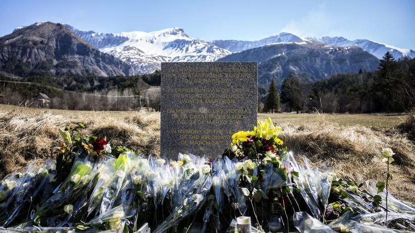 Flugzeugabsturz: Eine Steinplatte, die in französischer, deutscher, spanischer und englischer Schrift graviert ist, erinnert an die Opfer des Absturzes der Germanwings-Maschine am 24. März nahe dem französischen Alpendorf Le Vernet.