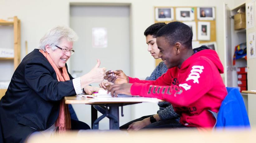 """Integration: Lehrerin mit """"Oma-Bonus"""": Renate Koch bespricht mit jedem Schüler seinen Lernplan."""