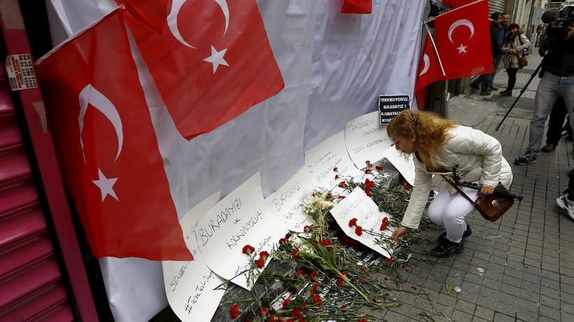 Türkei: Blumen am Ort im Zentrum Istanbuls, wo sich der Selbstmordattentäter in die Luft gesprengt hatte