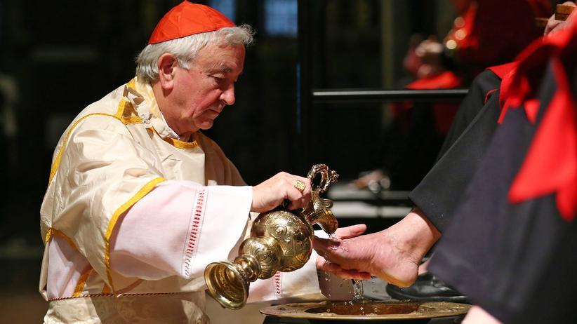 Rituelle Fußwaschung durch den Londoner Kardinal Nichols