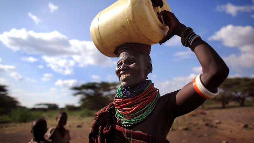 Bedingungsloses Grundeinkommen: Mehr als zwölf Kilometer muss diese Frau im Norden Kenias zu Fuß gehen, um frisches Wasser für ihre Familie zu holen (Archivbild, 2009).