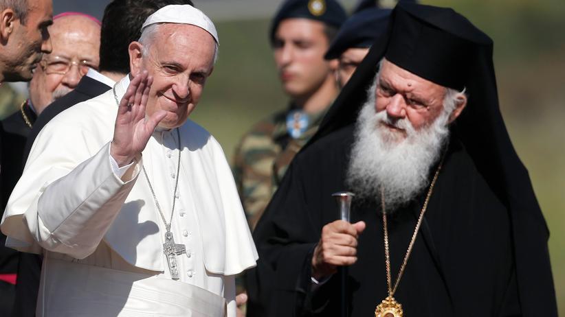 Franziskus: Der Erzbischof von Athen und Oberhaupt der autokephalen orthodoxen Kirche von Griechenland, Hieronymos II., begrüßt Papst Franziskus auf Lesbos.