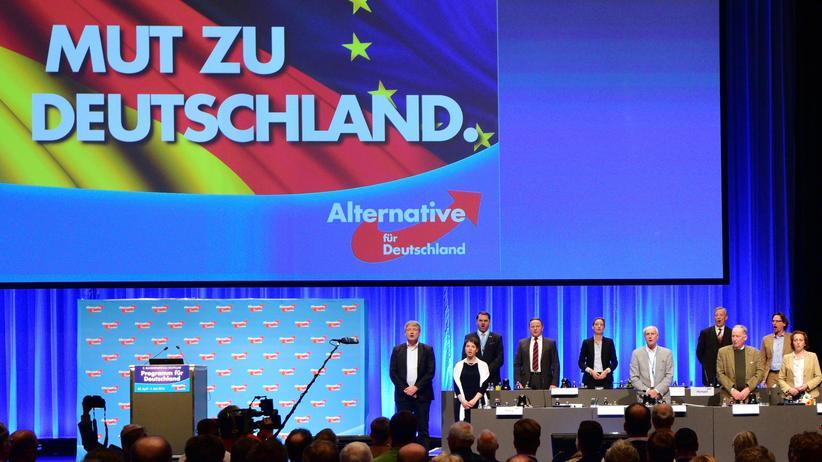 AfD und Kirche: Nationalistisch und weitgehend undemokratisch: Der Vorstand der AfD singt zum Abschluss des Parteitags in Stuttgart die Nationalhymne