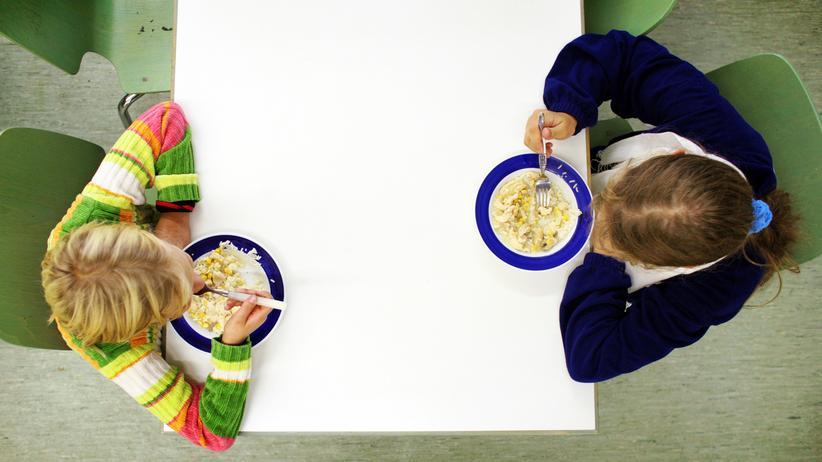 Kinderarmut: Kinder in einer Suppenküche in Berlin: In der Hauptstadt ist fast jedes dritte Kind unter 15 Jahren von Hartz-IV-Leistungen abhängig.
